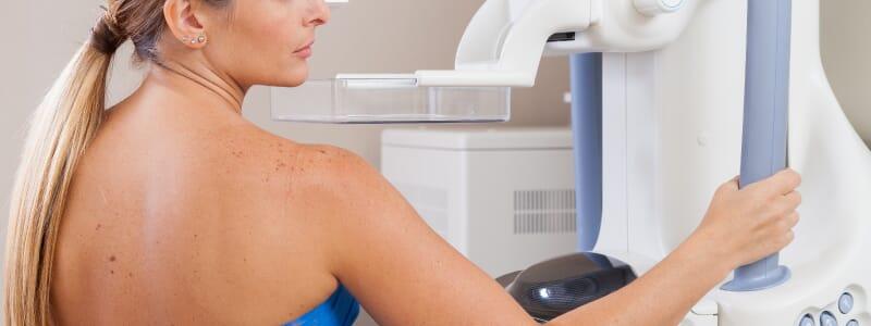 A prótese de silicone atrapalha a realização da mamografia?